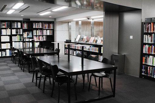 什器やレイアウトが一新された美術図書室