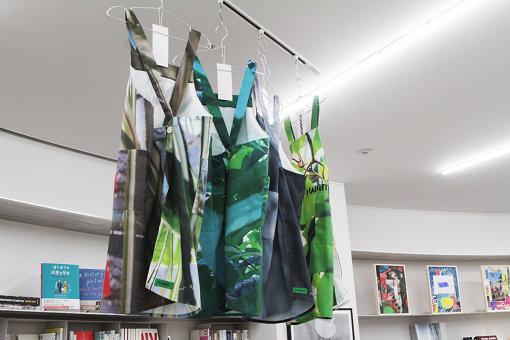 「NADiff contemporary」の店員が着用している「Uniform」はファッションブランド「PUGMENT」によるもの