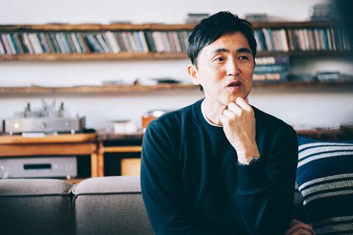神尾元治(かみお もとはる)有限会社タフビーツ代表取締役。高校を卒業後、渋谷CSVという伝説のレコードショップで働きながらバンド活動を始める。30歳の時に当時のバンド仲間に「神尾くんみたいな人が裏方にいたらミュージシャンが喜ぶと思うよ」という言葉を鵜呑みにし、バンド活動に区切りをつけ裏方への道へ方向転換する。喜納昌吉&チャンプルーズの元ギタリスト、平安隆のマネージャーを務め、その後インディーズレーベルのリスペクトレコードに入社。CD制作やマネージメント等を学び、2004年タフビーツを設立。ロック、ジャズ、ワールドミュージック、民謡とジャンルにこだわる事なく、世界中の良質な音楽を発信し続けている。