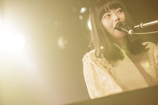 """Kaco(かこ)<br>1993年、愛媛県生まれ。NEWSへ""""madoromi""""、""""リボン""""の楽曲提供を行い、アニメ『魔法使いの嫁』第14話では挿入歌""""Rose""""を作詞、作曲、歌唱にて参加するなど、今、注目の新進気鋭のシンガーソングライター。2019年1月、3rdミニアルバム『たてがみ』をリリース。ワンマンツアーを経て、7月17日シングル『ミーナの水槽』をリリースする。その後、3月には東京と大阪にてワンマンツアーを実施。7月17日にはシングル『ミーナの水槽』のリリースも決定している。"""