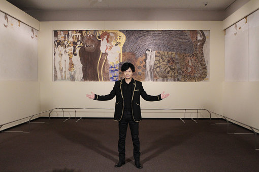 『ベートーヴェン・フリーズ』の展示室。3つの壁面に絵が描かれている