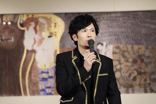 『ベートーヴェン・フリーズ』再現展示の前で話す稲垣吾郎