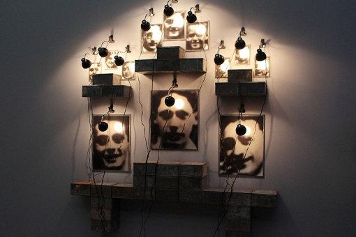 『シャス高校の祭壇』展示風景 『クリスチャン・ボルタンスキー ―Lifetime』展 2019年 国立新美術館