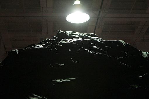 大量の黒い服を積み上げた『ぼた山』 『クリスチャン・ボルタンスキー ―Lifetime』展 2019年 国立新美術館