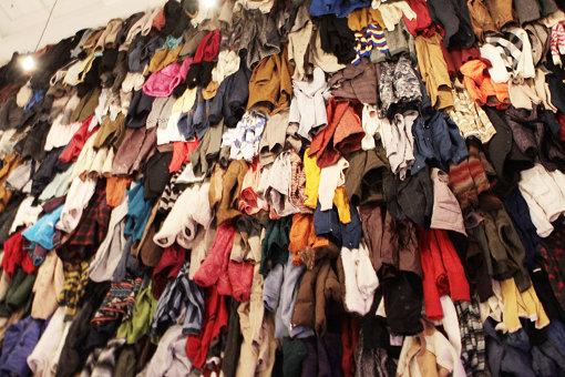色とりどりの衣服が壁を埋め尽くす 『クリスチャン・ボルタンスキー ―Lifetime』展 2019年 国立新美術館