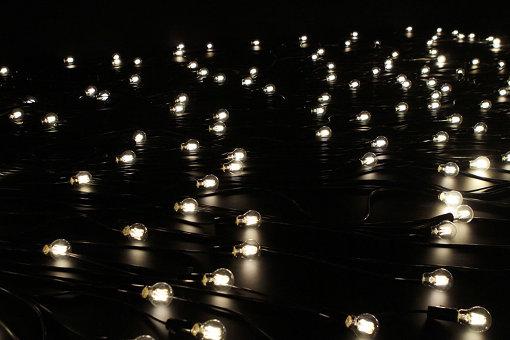 会期中毎日3つずつ電球が消え、最終日に全ての光が消えるインスタレーション『黄昏』 『クリスチャン・ボルタンスキー ―Lifetime』展 2019年 国立新美術館