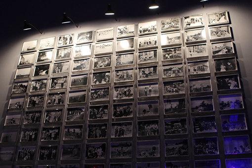 ボルタンスキーが友人に依頼して提供してもらったアルバムから、写真を拡大して年代順に壁に掛けた『D家のアルバム、1939年から1964年まで』 『クリスチャン・ボルタンスキー ―Lifetime』展 2019年 国立新美術館