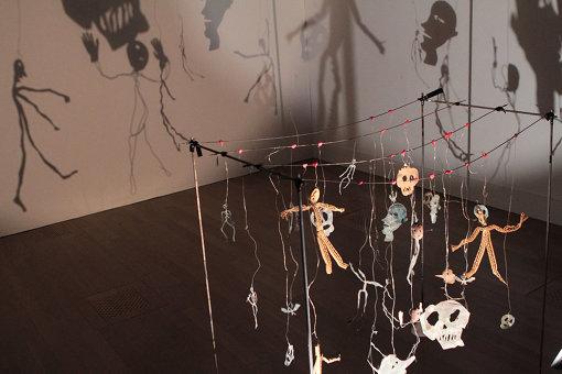 人や骸骨の影が壁面に映る『影』 『クリスチャン・ボルタンスキー ―Lifetime』展 2019年 国立新美術館