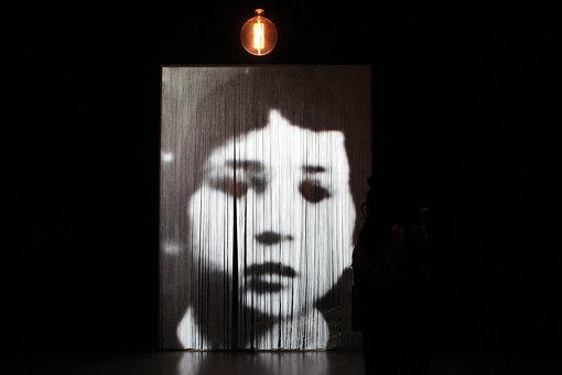 カーテンにボルタンスキーのイメージが投影される『合間に』 『クリスチャン・ボルタンスキー ―Lifetime』展 2019年 国立新美術館