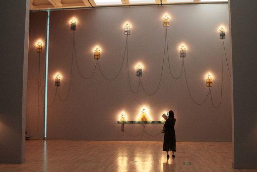 クリスチャン・ボルタンスキー『モニュメント』展示風景 『クリスチャン・ボルタンスキー ―Lifetime』展 2019年 国立新美術館