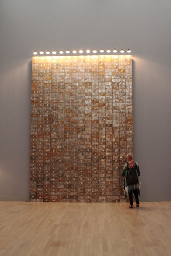 缶の一つひとつに顔写真が貼り付けられている『死んだスイス人の資料』 『クリスチャン・ボルタンスキー ―Lifetime』展 2019年 国立新美術館