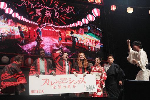法被をもらって笑顔を見せる4人と大島優子、スピードワゴン