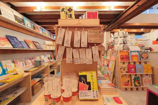 本棚に間にある栞に関する展示スペース