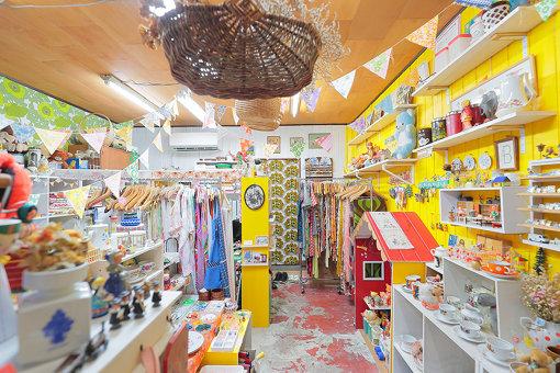 黄色を基調とした明るい店内には、さまざまな雑貨が並んでいる