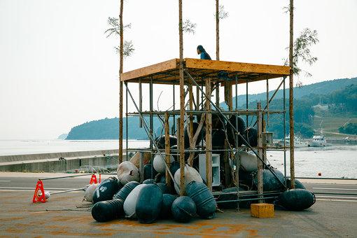 森山泰地(SIDE CORE)『孤独な水神』。『Lonely Museum of Wall Art』の建物の真横にて(撮影:NAKANO Yukihide)