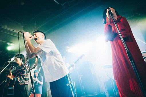 バレーボウイズ(ばれーぼういず)<br>京都精華大学の学園祭『木野祭』出演のために2015年に結成。異端でありどこかスタンダード。ノスタルジックで歌謡ライクなメロディと歌のハーモニーを青春に封じ込め、男女混声7人7様のキャラクターが奇跡的なバランスをもって歌と演奏を聴かせる。2017年、ライブオーディション『TOKYO BIG UP!』でグランプリ、『FUJI ROCK FESTIVAL 2017』ROOKIE A GO-GO枠で初出演。今年4月3日には3枚目となるミニアルバム『青い」をリリース。全国の大型フェス、サーキットフェスにてその特異なLIVEで人気を集めている。