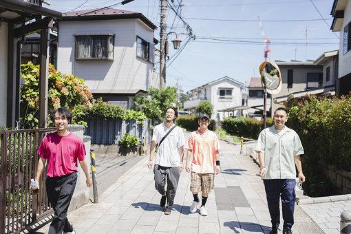 左から:Tondenhey、SunBalkan、Pecori、fanamo'<br>踊Foot Works(おど ふっと わーくす)<br>2020年型のグルーヴとポップネスをリプレゼントするTOKYO INV.(トウキョウアイエヌビー)。Pecori(Rap)、Tondenhey(Gt)、fanamo'(Cho)、SunBalkan(Ba)による4人組。2019年4月24日、デジタルでフルアルバム『GOKOH』を、7月3日にフィジカルでニューシングルとセットとなった『GOKOH + KAMISAMA』をリリースした。