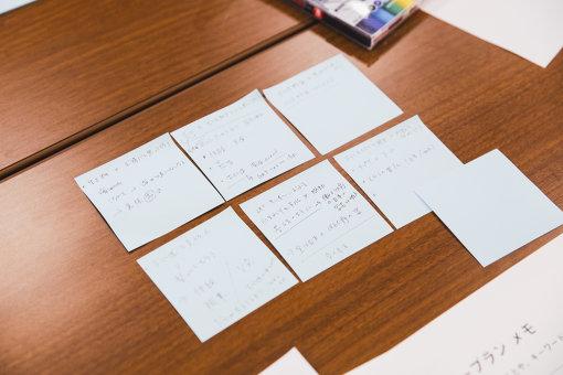 個人ワーク中の様子。付箋にメモをして、動画の企画アイデアを練る。