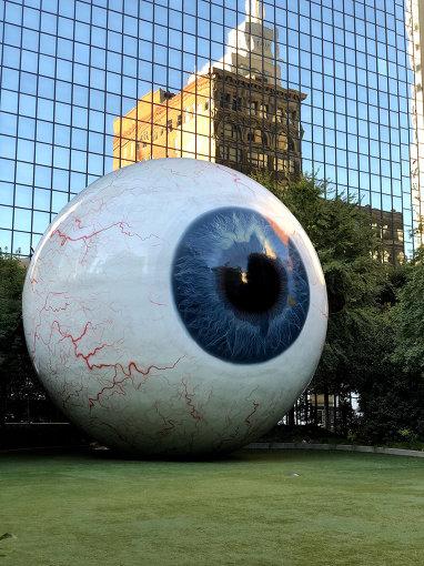 ダラスのランドマークである全長9mもの現代アート『The Eye』。シカゴのアーティスト、トニー・タセットの作品