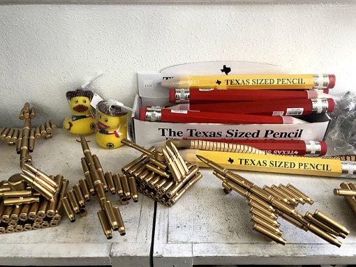 銃社会を感じさせる銃弾モチーフのお土産品も多い