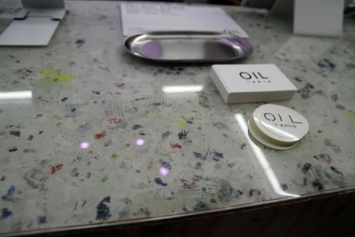 「OIL by 美術手帖」の装飾には『美術手帖』のページも使用しているそう