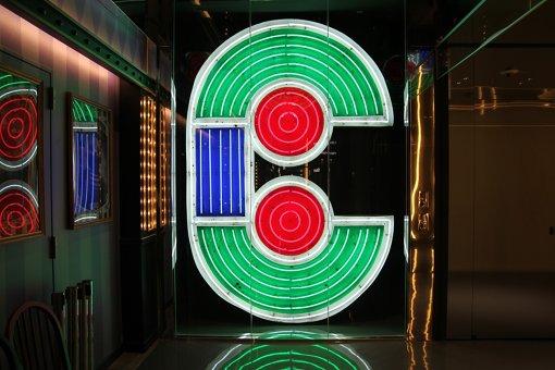 館内の複数箇所に旧渋谷PARCOのネオンサインを使用。「CHAOS KITCHEN」には「C」