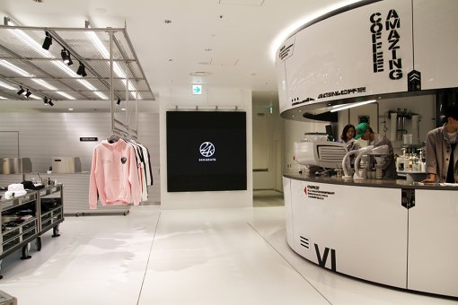 AMAZING COFFEE TOKYO SHIBUYA。LDH apparelが運営する「VERTICAL GARAGE SHIBUYA」と併設。