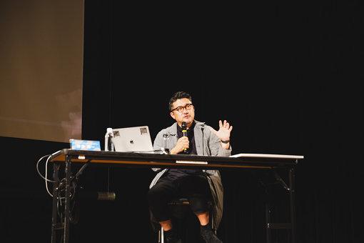 ライゾマティクス・アーキテクチャー代表の齋藤精一(さいとう せいいち)<br>1975年神奈川生まれ。2006年に株式会社ライゾマティクスを設立。建築で培ったロジカルな思考を基に、アート・コマーシャルの領域で立体・インタラクティブの作品を多数作り続けている。