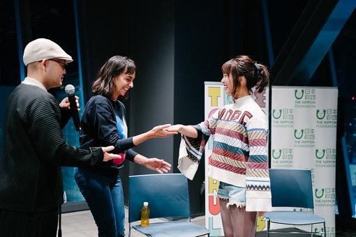左から:稲葉俊郎、本イベントでディレクターを務めたライラ・カセム、戸田真琴。稲葉の解説を受けながら、戸田もワークに参加していた