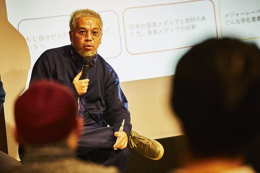 三宅正一(みやけ しょういち)<br>1978年東京都生まれ。大学卒業後、カルチャー誌『SWITCH』及び『EYESCREAM』の編集を経て、2004年にフリーライターとして独立。音楽を軸としたカルチャー全般に関するインタビュー及び執筆を担当している。2017年12月、主宰レーベル「Q2 Records」を設立。現在までに踊Foot Works(マネジメント業務も担当)やマテリアルクラブの作品をリリースしている。