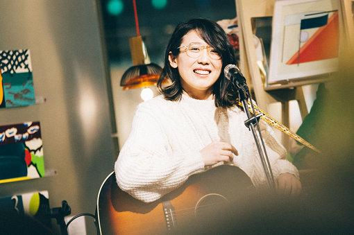 柴田聡子(しばた さとこ)<br>1986年札幌市生まれ。恩師の助言により2010年より音楽活動を開始。今年リリースした最新作『がんばれ!メロディー』まで、5枚のオリジナルアルバムをリリースしている。