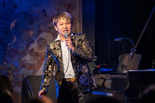 松永貴志(まつなが たかし)1986年、兵庫県生まれ。17歳でメジャー・デビュー。ハービー・ハンコックとの共演をきっかけに、世界のミュージシャンから喝采を集める。