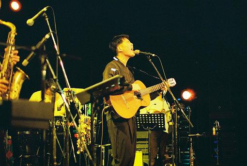 折坂悠太(おりさか ゆうた)<br>平成元年、鳥取県生まれのシンガーソングライター。独特の歌唱法にして、ブルーズ、民族音楽、ジャズなどにも通じたセンスを持ち合わせながら、それをポップスとして消化した稀有なシンガー。