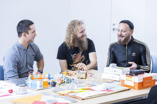 左から:ベン・セラーズ(アソシエイト・ミュージシャン)、ティム・イエイツ(R&Dプログラム・リーダー)、ダレル・ビートン(アーティスティック・プログラム・リーダー)
