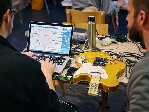アクセシブルなギター「ケリー・キャスター」開発の様子 / © Emile Holba