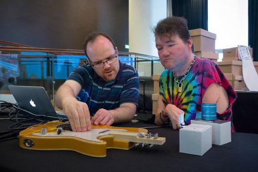 「ケリー・キャスター」開発の様子。障害のある音楽家、ジョン・ケリーとともに開発を進める / © Emile Holba