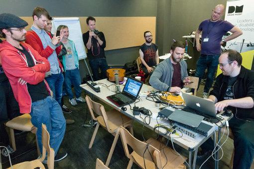 ドレイク・ミュージック・ラボでの様子。障害のある音楽家が主導して、ハッカー、テクノロジスト、楽器メーカーと一緒に、新しい楽器開発や既存の楽器のカスタマイズを進めている / © Emile Holba