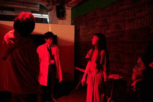 鈴木夢、吉田隆史『篠辺研究所記念博物館』(先端メディア) / 役者たちと同じ空間でリアルタイムに進行するストーリーを体験する