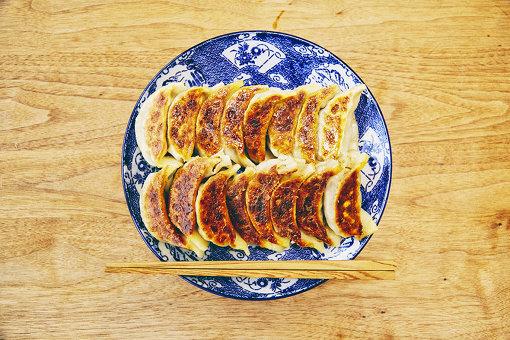 コオロギパウダー入りの餃子。見た目は「普通」の餃子だ