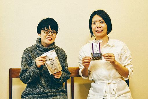 左から:三浦みち子(TAKEO)、榎本美沙(料理研究家)。手に持っているのは今回食材として使用した、フタホシコオロギパウダーとコオロギの煮干し「京都こおろぎ」