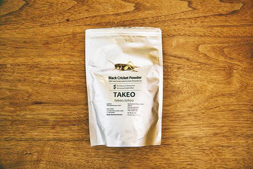 TAKEOの実店舗やECサイトで販売されているフタホシコオロギパウダー。価格は1,480円(税込)