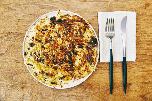今回の企画のためにレシピ開発された、コオロギの煮干し入りポテトガレット。かなりおいしそうだ