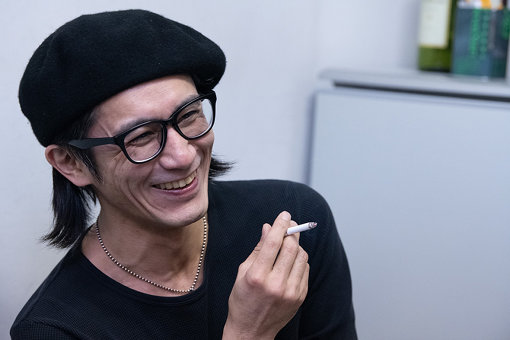 百々和宏(もも かずひろ)<br>1997年福岡で結成した真正ロックバンドMO'SOME TONEBENDERのギターボーカル。普段は安酒場をローリングする泥酔イスト。酒場紀行文を集めた「泥酔ジャーナル」の著者としてもカルトな人気を誇る。