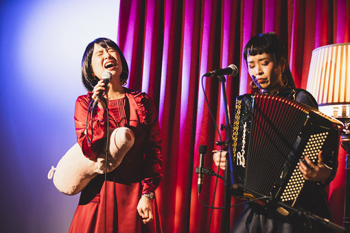 チャラン・ポ・ランタン<br>もも(唄 / 平成生まれの妹)と小春(アコーディオン / 昭和生まれの姉)による姉妹ユニット。2009年結成。バルカン音楽、シャンソンなどをベースに、あらゆるジャンルの音楽を取り入れた無国籍のサウンドや、サーカス風の独特な世界観で日本のみならず、海外でも活動の範囲を広める。2020年3月18日にはニューシングル『コ・ロシア』を発売。6月まで続く全国ツアーも予定している。
