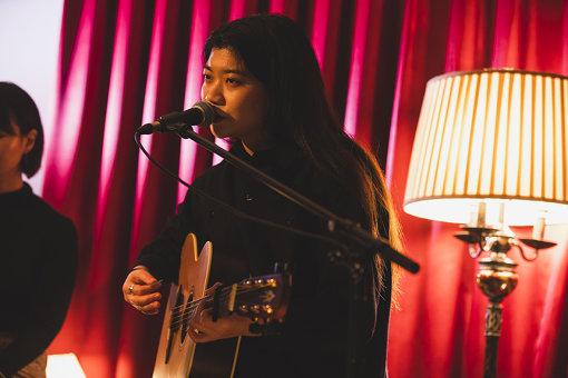 """畳野彩加(たたみの あやか)<br>京都発の4ピース・バンドHomecomingsのボーカル・ギターを担当。バンドとして海外アーティストとの共演、4度に渡る『FUJI ROCK FESTIVAL』への出演など、2012年の結成から精力的に活動。2018年には京都アニメーション制作映画『リズと青い鳥』の主題歌を担当、3rdアルバム『WHALE LIVING』をリリース。2019年4月映画『愛がなんだ』に主題歌""""Cakes""""を書き下ろした。"""