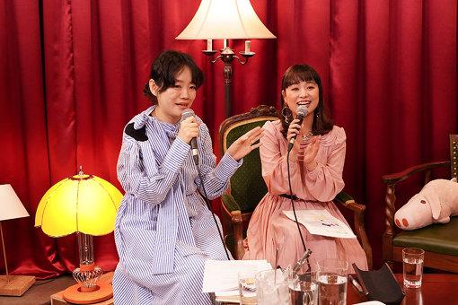 左から:アシスタントの野村由芽(She is編集長)、『ちょっと聞いてやスナック』ママのチャラン・ポ・ランタンもも