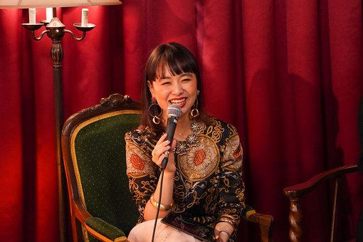 もも<br>1993年生まれ。姉・小春との音楽ユニット「チャラン・ポ・ランタン」メンバー。ボーカルを担当。映画、舞台などユニット以外にソロで女優としても活動する。