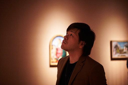 平野啓一郎(ひらの けいいちろう)<br>1975年愛知県蒲郡市生。北九州市出身。京都大学法学部卒。1999年在学中に文芸誌「新潮」に投稿した『日蝕』により第120回芥川賞を受賞。40万部のベストセラーとなる。以後、一作毎に変化する多彩なスタイルで、数々の作品を発表し、各国で翻訳紹介されている。美術、音楽にも造詣が深く、日本経済新聞の「アートレビュー」欄を担当(2009年~2016年)するなど、幅広いジャンルで批評を執筆。2014年には、国立西洋美術館のゲスト・キュレーターとして「非日常からの呼び声 平野啓一郎が選ぶ西洋美術の名品」展を開催した。