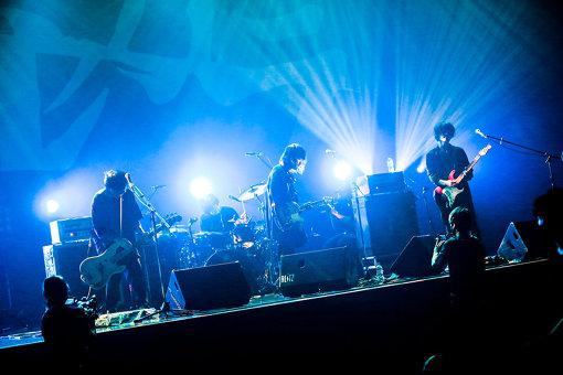 アルカラ<br>稲村太佑(Vo / Gt)、下上貴弘(Ba)、疋田武史(Dr)の3人からなるロックバンド。自称「ロック界の奇行師」。ギターロックやオルタナティブロックなどの音楽性を基調としながら、一筋縄ではいかない自由奔放さで唯一無二の世界を築き上げている。