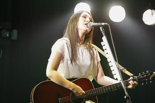 阿部真央(あべ まお)<br>2009年1月21日、アルバム『ふりぃ』でデビュー。等身大でリアルのみを綴った歌詞と、バラエティに富んだ楽曲毎に変化する、表現力豊かなボーカライゼーションは高く評価され、同世代の女性を中心に幅広い層からの支持を得るシンガーソングライター。2019年1月21日にデビュー10周年を迎え、1月22日には日本武道館、1月27日には初の関西アリーナ公演となる神戸ワールド記念ホールにて『らいぶ No.8~10th Anniversary Special』を開催。また1月23日にはキャリア初となるベストアルバム『阿部真央ベスト』を発売し、オリコンウィークリーチャート初登場9位を記録した。2020年1月には最新アルバム『まだいけます』を発売。8月12日には配信シングル『Be My Love』をリリースする。